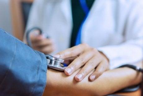 Hva er årsakene til preeklampsi etter fødselen?