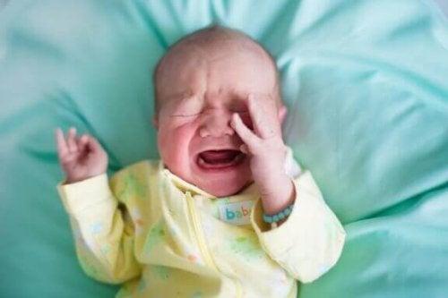 Hvorfor hender det at babyer våkner opp gråtende?