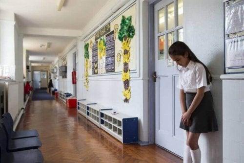 """En jente som er """"satt på gangen"""" og som dermed ikke forstyrrer undervisningen."""