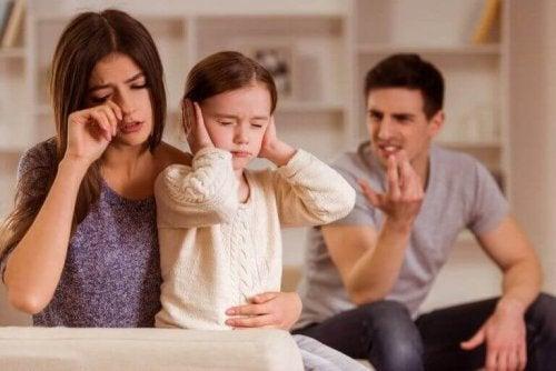 Vær god eksempler for barna og ikke som disse på bildet som krangler forran dem.