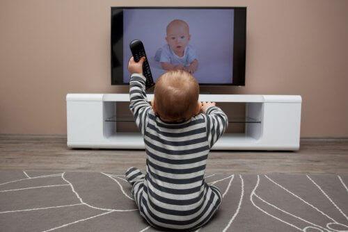 Å lære språk i barndommen er enklere fordi hjernen til et barn er bygget opp annerledes enn hos en voksen.