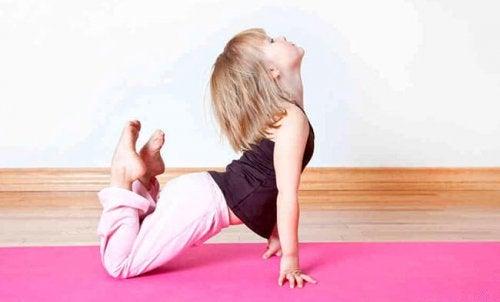 Jente utøver yoga