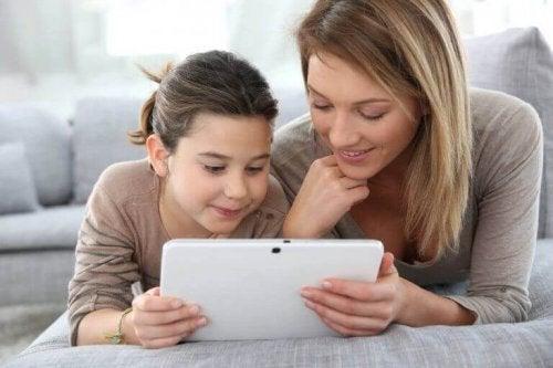 Snakk sammen med barnet ditt om nettvett.