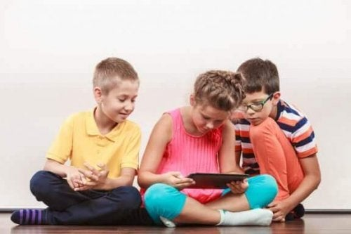Barn med nettbrett