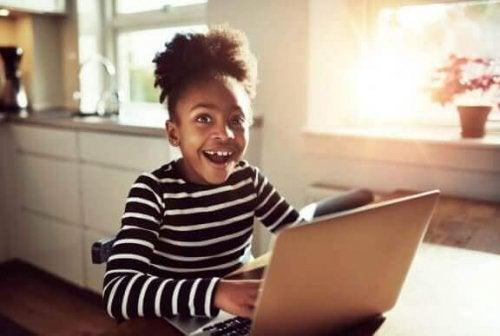 Lykkelig jente med datamaskin
