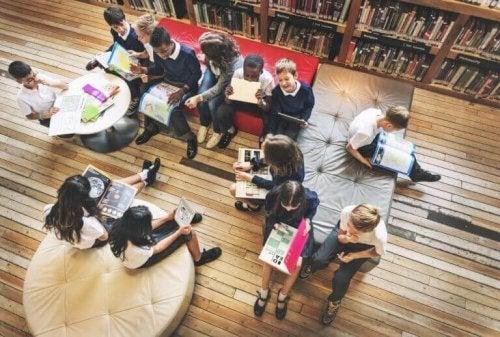 Elever som studerer sammen.