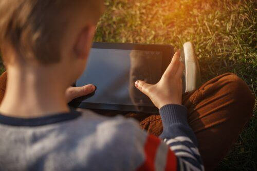 Hvordan du kan sørge for å holde barna trygge på nett
