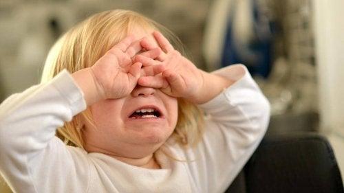 Barnet erfarer mange typer raserianfall, men det er viktig at de ikke skader seg selv under dem.