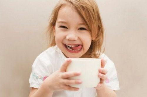 Jente som drikker kaffe.