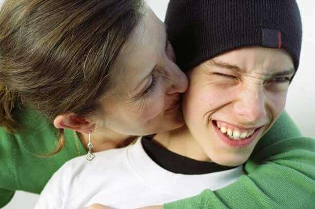 Mor som lærer tenåring om viljestyrke