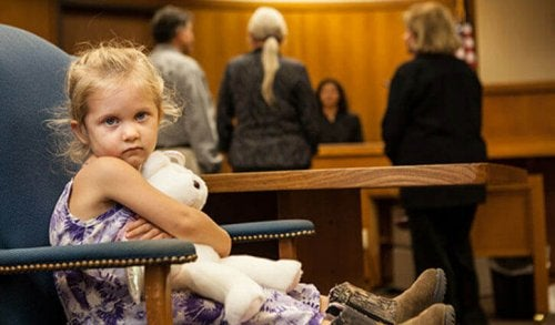 Barn i en rettsal.