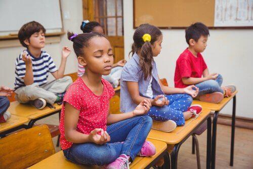 Barn som mediterer.