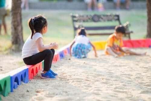 En liten jente som har problemer med å få venner.