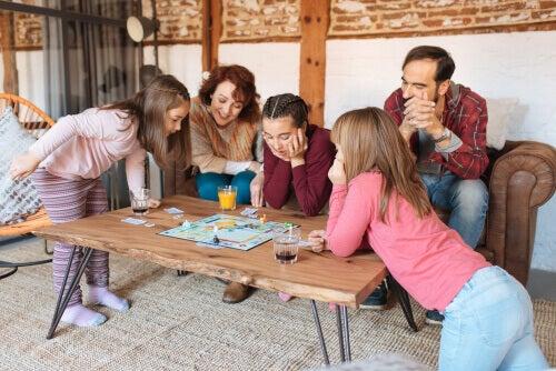 Familie som spiller monopol.