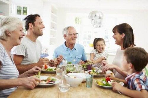 Glutenallergi, familie ved middagsbordet.