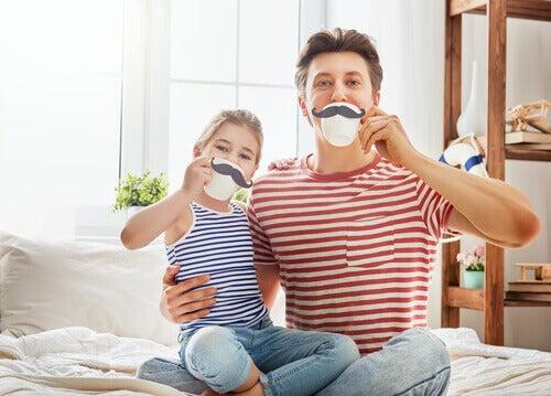 Far og datter drikker te.
