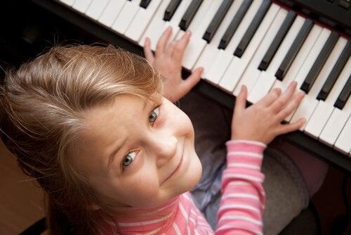 jente spiller piano