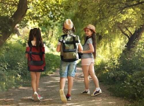Barn med ryggsekker