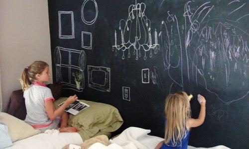Barn tegner på tavlevegg