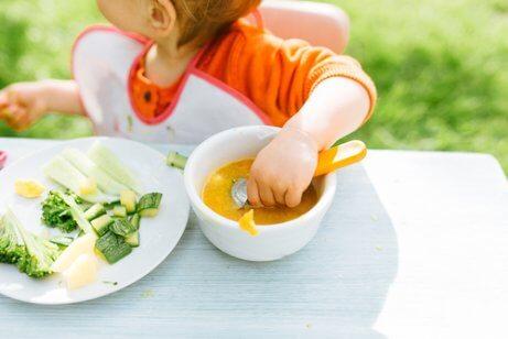 Babystyrt mattilvenning: Kan babyer lære å spise på egen hånd?