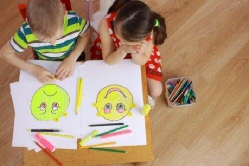 Barn som tegner.