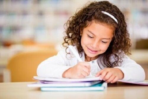 7 måter å oppmuntre til kreativ skriving hos barn