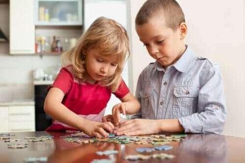 6 spill som trener sinnet til barn som de kan spille hjemme