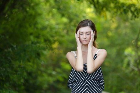 Kvinne som øver avslapning for å gjøre det lettere å bli gravid