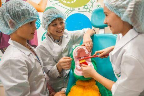 Hvordan hjelpe barna dine å overvinne frykt for tannlegen