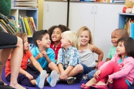 Fremme en følelse av humor hos barneskolebarn