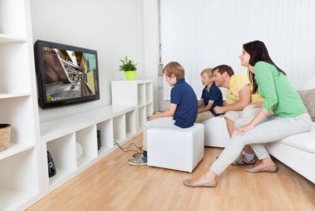 Å spille spill med barna dine: Fordeler og forslag