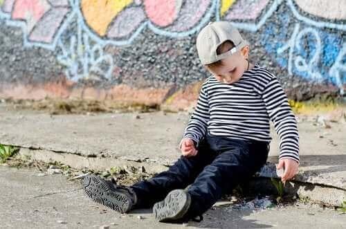 Hva er forskjellene mellom sjenerte og innadvendte barn?