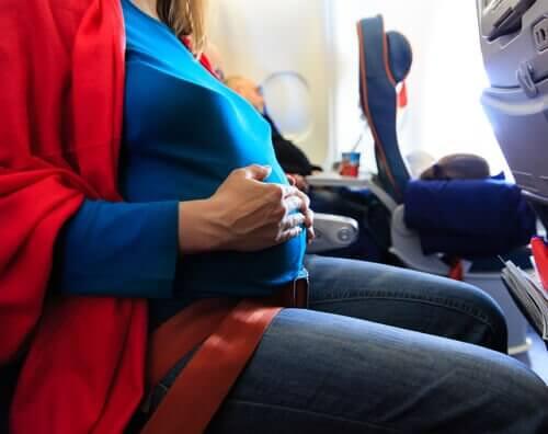 Reise mens man er gravid: Er det trygt?