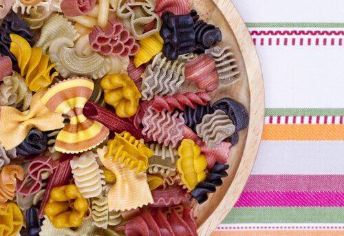 Oppskrifter på pasta med forskjellige farger gjør maten spennende.