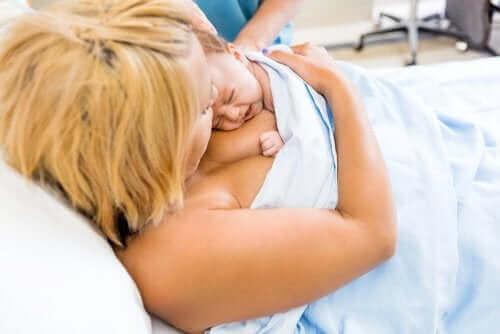 Viktigheten av hud-til-hud-kontakt etter fødselen