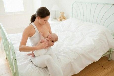 Hvor lenge skal babyer sove før de spiser?