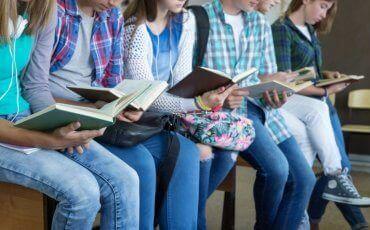 Noen tenåringer som leser motiverende sitater for tenåringer.