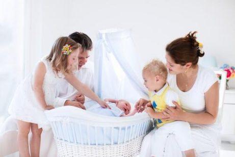 Minisprinkelseng eller babykurv til nyfødte babyer?