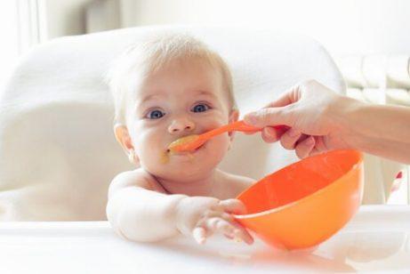 Når og hvordan bør jeg begynne med babystyrt mattilvenning?