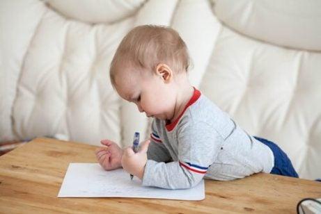 Lær mer om skrivefasene til barn