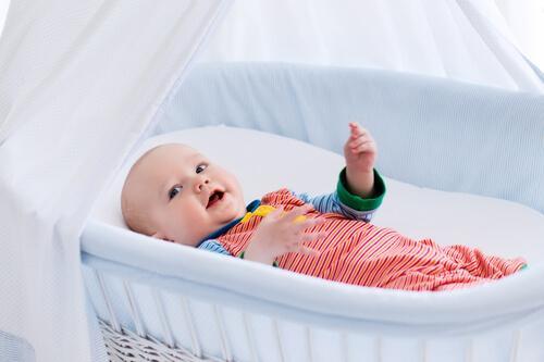 Minisprinkelseng eller babykurv for nyfødte babyer?