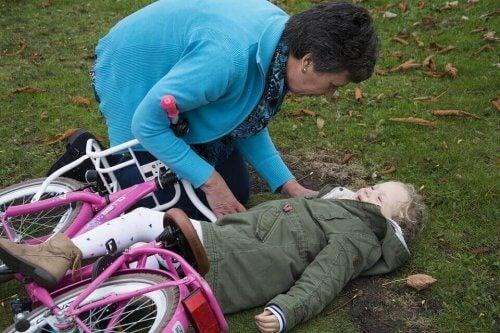 Jente falt av sykkelen