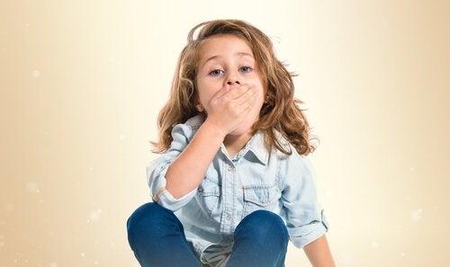 jente med munnsår