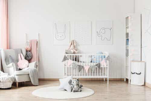 Tips for å organisere babyens rom slik at alt får plass