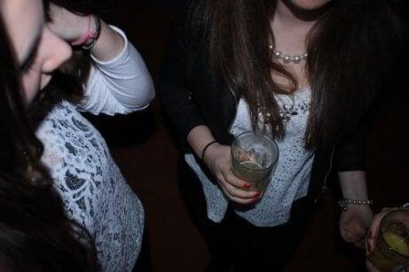 Hvordan kan du hindre at tenåringen din drikker alkohol?