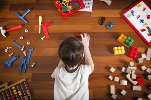 Barn leker med leketøy