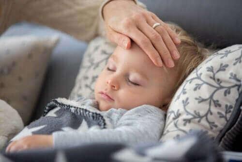 Hva om barnet mitt utvikler feber eller hoste under koronakarantene?