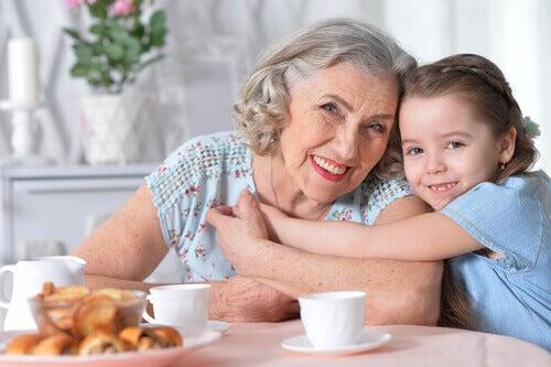 Besteforeldre og barnebarn viser hverandre kjærlighet.