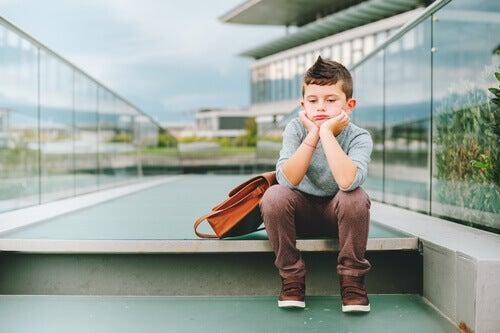 Demotivasjon hos barn kan også vise seg i skolearbeidet.