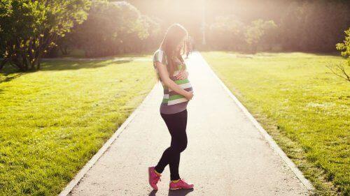 Gravid kvinne på tur